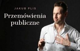"""Mężczyzna patrzący w obiektyw, ubrany w białą koszulę i trzymający w prawej ręce okulary optyczne, obok którego widać na czarnym tle napis: """"Jakub Plis. Przemówienia publiczne"""""""