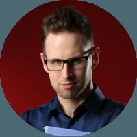 Portret Jakuba Plisa, mężczyzny o ciemnych włosach i noszącego okulary