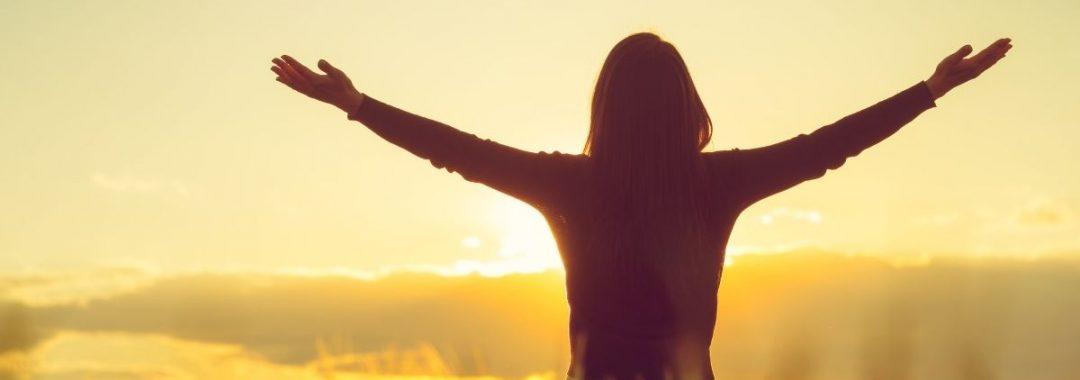 Kobieta w geście wdzięczności